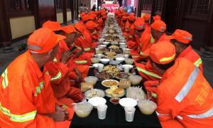 大唐西市·西市城购物中心邀请60位环卫工人同赴中秋家宴