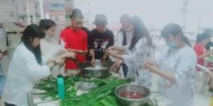 浓情端午、致敬传统 延安职业技术学院大学生通讯社举办包粽子活动